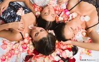 三个躺在花瓣中的性感美女