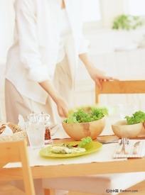 准备蔬菜沙拉的女人