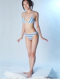泳池边上穿着比基尼练瑜伽的美女图片