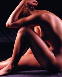 黑色背景裸体女性