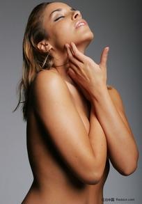双手抚摸下巴的外国性感美女