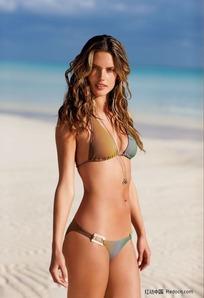 沙滩上的漂亮比基尼女孩