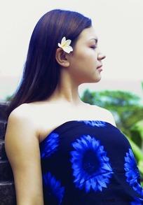 身着深蓝色连衣裙的丰满美女
