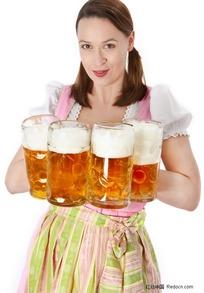 手拿啤酒杯的外国美女