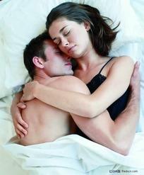 床上搂在一起外国男女