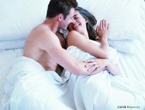 躺在床上的外国情侣