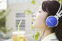 喝饮料享受音乐边的美女