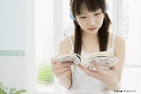 美女浴缸旁边看书听歌