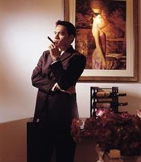 拿着雪茄的成功男人