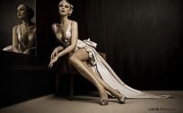 拖着长裙坐在椅子上的性感美女