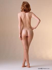 叉腰的裸体美女背部