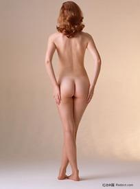 交叉双腿站着的裸体美女