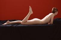 趴着翘起腿的裸体美女