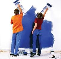 正在刷墙的外国男女