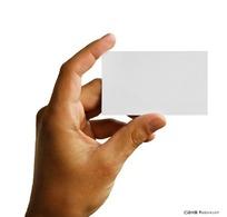 手拿空白卡片
