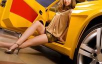坐在黄色跑车边的性感美女