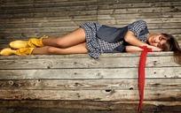 侧躺着的性感美女图片