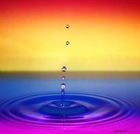 红黄蓝紫渐变背景上的水滴水珠