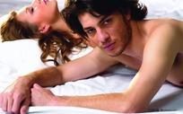 趴在床上的外国男女