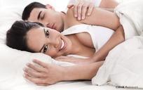 躺在床上的情侣