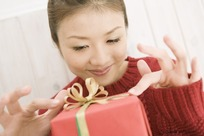 收到礼物后高兴表情的女孩