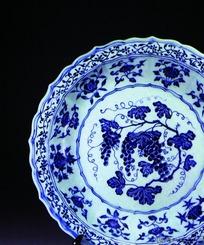 中国瓷器文物-花朵图案花边青花瓷盘