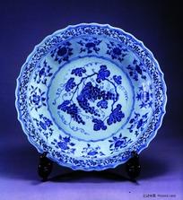 中国瓷器文物-花朵图案花边青花瓷碗