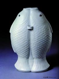 中国瓷器文物收藏-雕刻图案双鱼连体白色瓷瓶