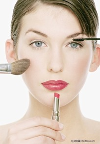 欧洲女士化妆美容 闭眼按摩太阳穴的金发女子图片