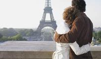 在埃菲尔铁塔前相拥的情侣
