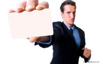 手拿名片出示名片的商务人物