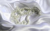 白色丝绸和珍珠