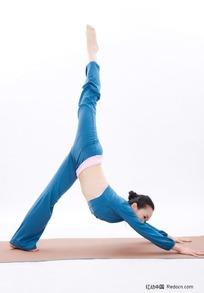 中国美女练瑜伽体式下犬式变体侧面高清图片