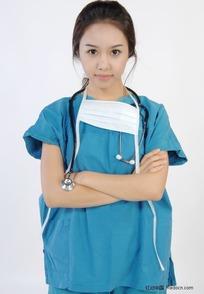 抱着胳膊的手术服美女医生