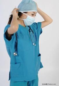 戴口罩和手术帽子的手术服美女医生