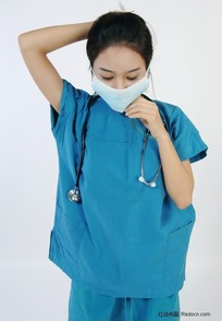 戴上口罩的手术服美女医生