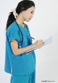 做记录的手术服美女医生