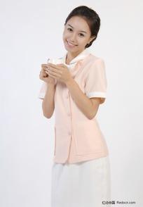 微笑的女护士拿着茶杯