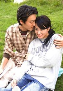 坐在草地上甜蜜的情侣