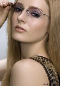 欧美女人av_潮流时尚外国戴眼镜美女