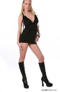 穿靴子的黑衣美女模特