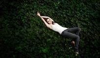躺在树叶中的外国女子