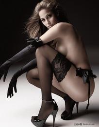 蹲在地上的丝袜美女