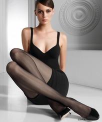 曲腿坐在地上的丝袜美女