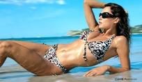 躺在沙滩上的泳衣美女