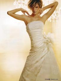 双手搭肩的外国婚纱美女