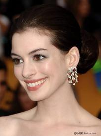 外国微笑的美女安妮·海瑟薇