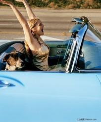 举起双手的外国开车美女