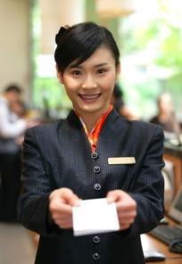 微笑着双手递消费单的服务员