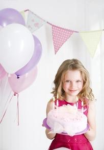 捧着生日蛋糕的外国小女孩图片